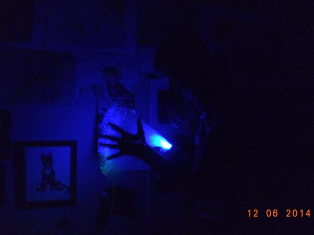 En gestalt i en mörk gränd, som utövar sina krafter i hemlighet. En flicka vars familj inte känner till den största hemligheten hon bär på, hon kan handskas med trolldom. Bara under de mörkaste nätterna smyger hon till en plats där ingen letar, och då lyses natten upp av ett sken..  Det var vad vi kom på. :)